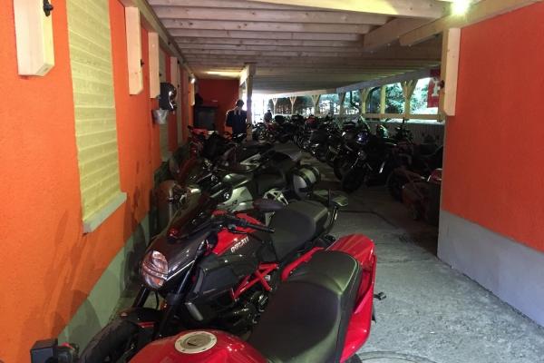2018-02-14-hotelpartnermotorradhotel-carport8409DBB7-EADD-E0C4-82FE-C4FAD4C6AD23.jpg