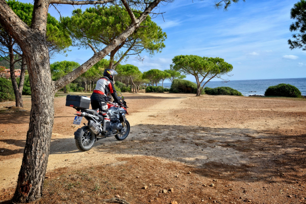Sardinien - PortoTramatzu-Strandspaziergang mit Motorrad ©Heinz E. Studt