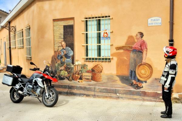 Motorrad fahren - Sardinien - Zentrum von Suni © Heinz E. Studt
